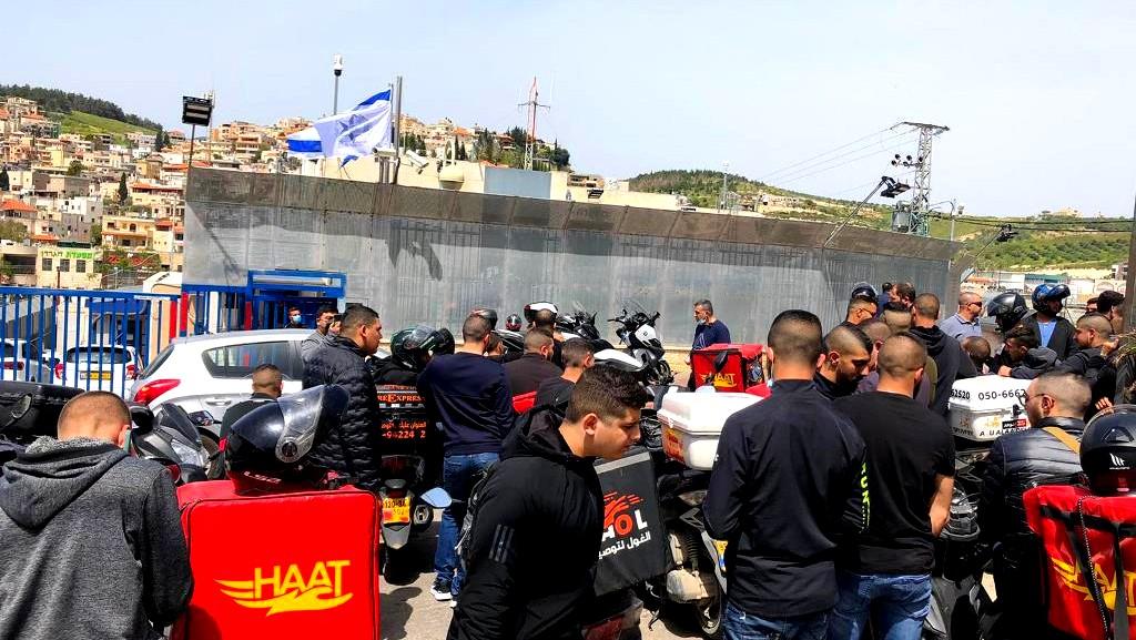عمال الارساليات يتظاهرون امام مركز شرطة ام الفحم