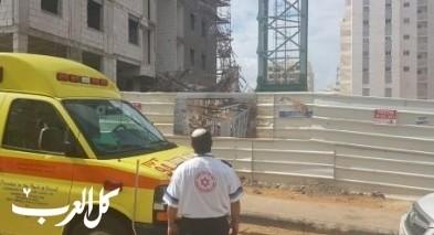 اصابة عامل اثر سقوط جسم ثقيل في بيتح تكفا
