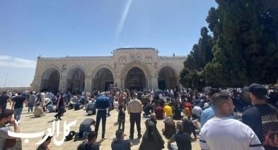 القدس: عشرات الاف المصلين يؤدون الجمعة