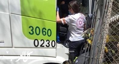 تخليص عالق جرّاء اصطدام شاحنة بمبنى في النقب
