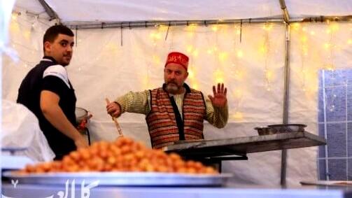 سخنين: جمال أبو راس يجتذب الزبائن لبستطه المتواضعة