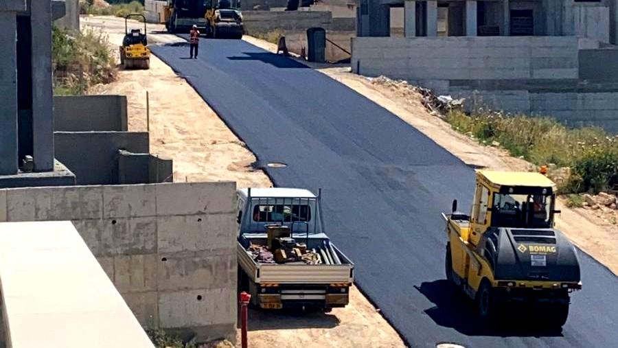 الرينة: شق شارع في حي بلال وترميم الطرق الزراعية