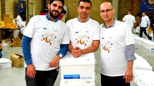 موظفو بنك لئومي بحملة طرود غذائية دعمًا للعائلات