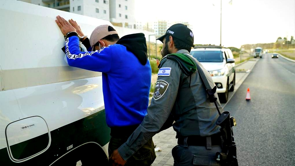 اعتقال 82 فلسطينيًا بشبهة التواجد بالبلاد