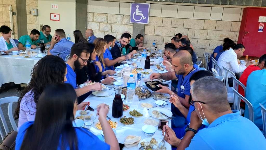 إفطار جماعي في مستشفى الناصرة-الإنجليزي
