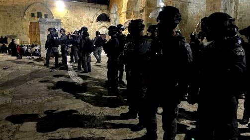 اجواء مشحونة في المسجد الأقصى والشرطة تطلق قنابل صوتية