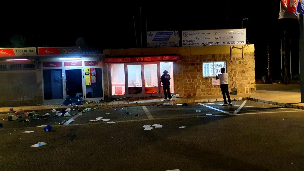 عكا: احراق نقطة الشرطة في البلدة القديمة