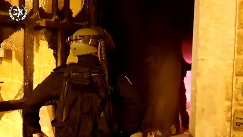 عكا: اضرام النار بفندق ومطعم واصابة شخص بجراح خطيرة