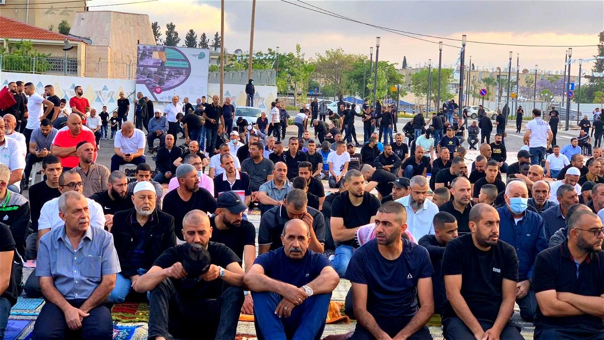 المئات يؤدون صلاة عيد الفطر في اللد