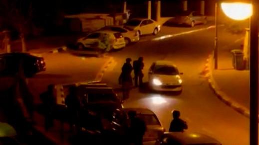 عناصر الشرطة يطلقون الرصاص المطاطي على السيارات