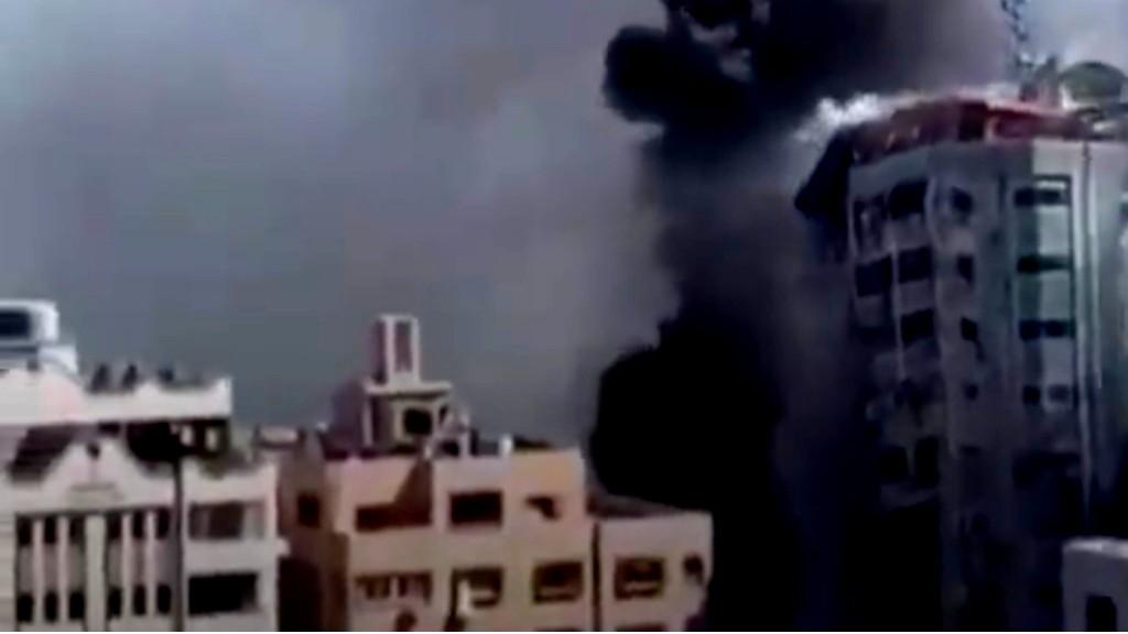 الاسرائيلي يقصف مبنى لوكالات اعلامية في غزة