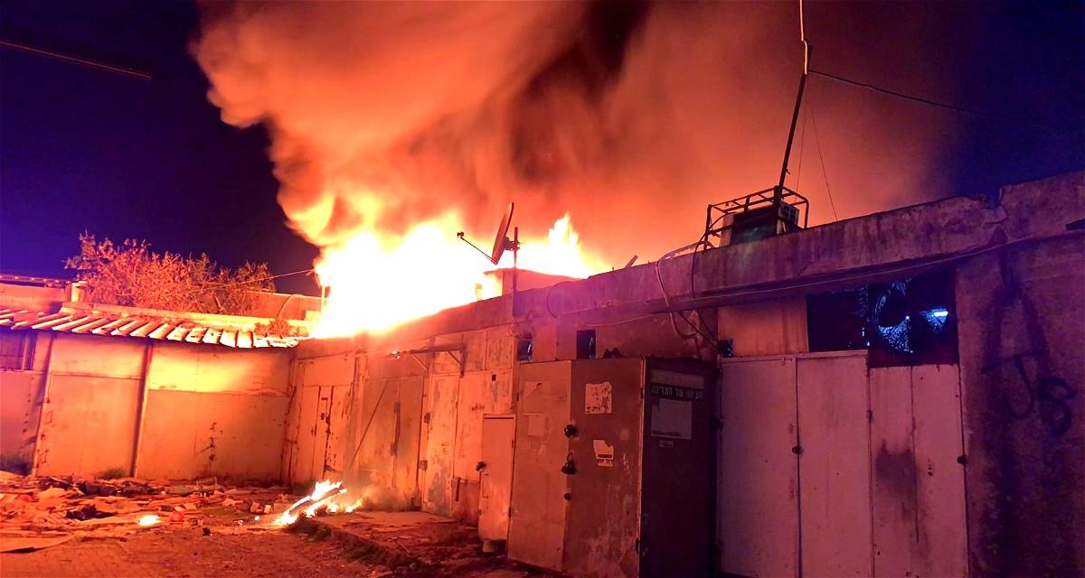 اندلاع النيران بمحلات تجارية في الرملة
