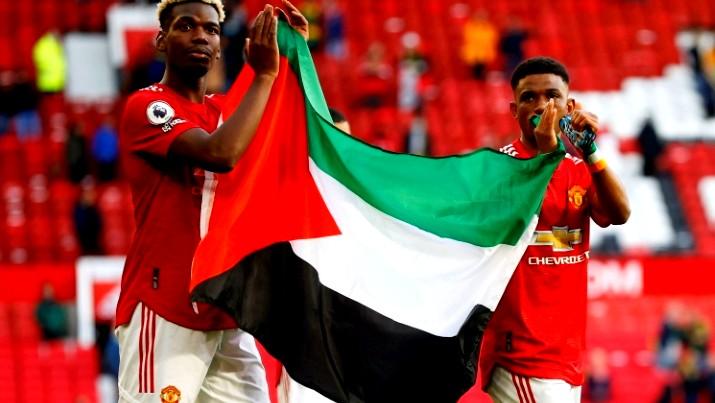 بوغبا وديالو يرفعان العلم الفلسطيني بعد مباراة مانشستر