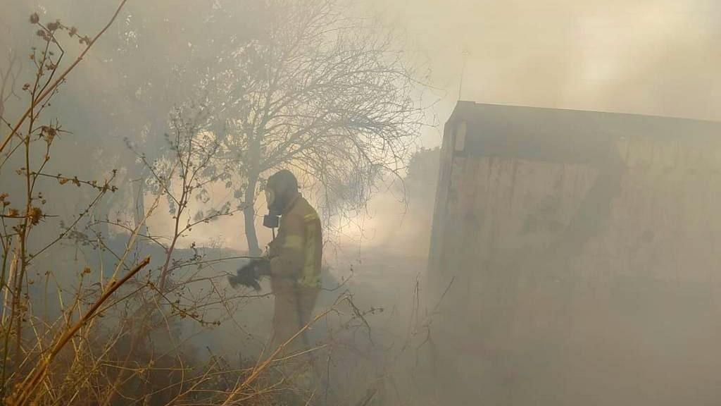 اندلاع حريق بمنطقة أشواك قرب شارع 6
