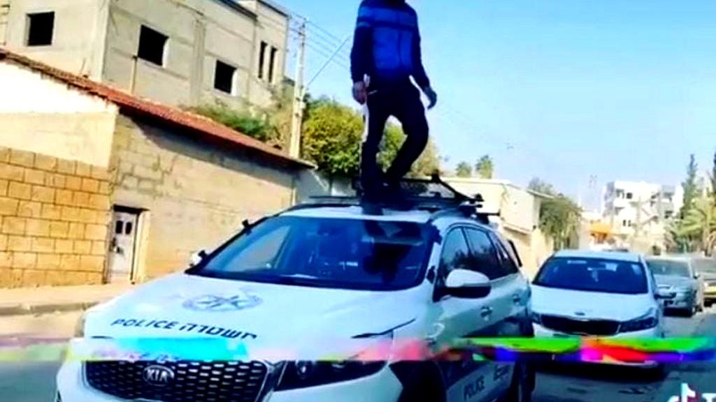 النقب: اعتقال شاب لقيامه بالرقص فوق مركبة للشرطة