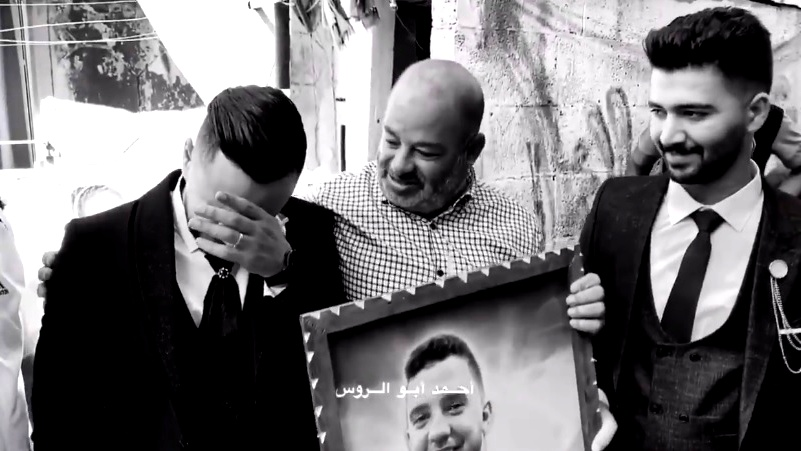 والد شهيد في غزة يقيم حمام عريس لصديق ابنه