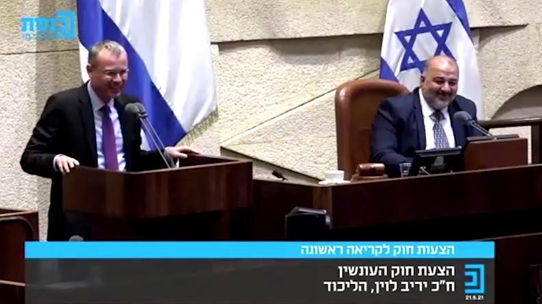 فيديو  ليفين يشكر عباس على مسيرة الأعلام!