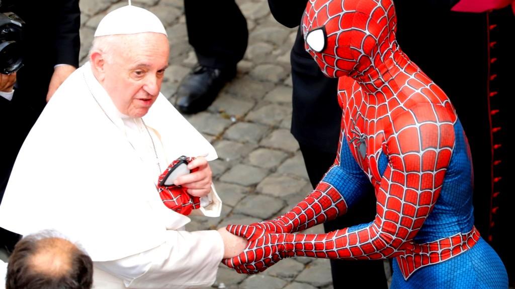 صور  بابا الفاتيكان يلتقي سبايدرمان