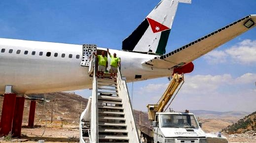 شقيقان فلسطينيان يحولان طائرة إلى مطعم قرب نابلس