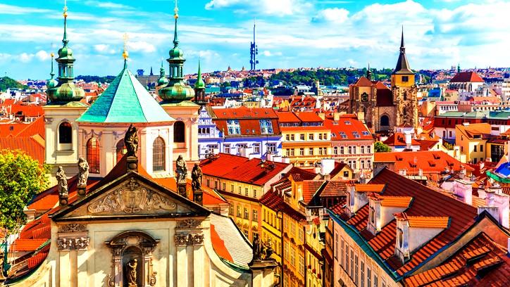 طيروا معنا برحلة سياحية إلى براغ