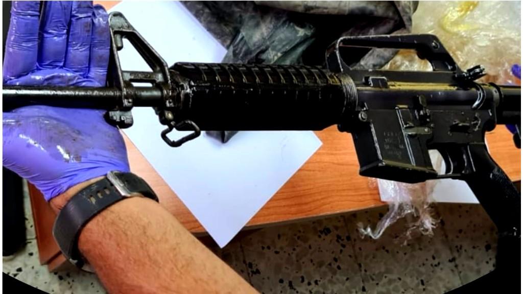 النقب: اعتقال مشتبه بحيازة سلاح