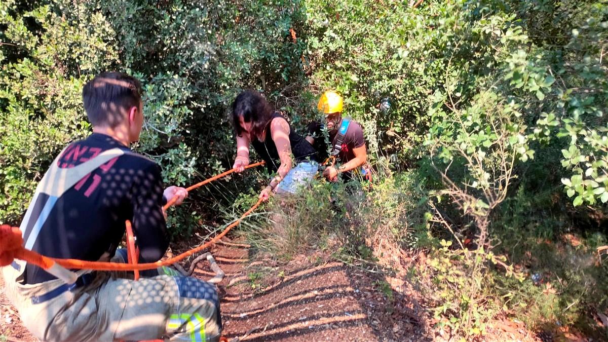 محاولات تخليص سيدتين بعد انزلاقهما تحت جسر في نيشر