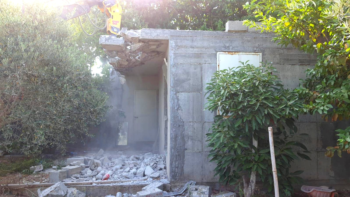 مواطن من جلجولية يهدم مخزنًا بيده ليتحول الى ركام