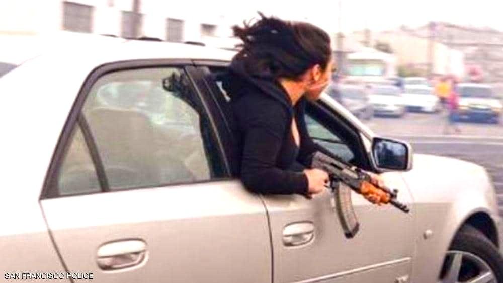 كاليفورنيا: شابة تحمل الكلاشينكوف في الشارع!