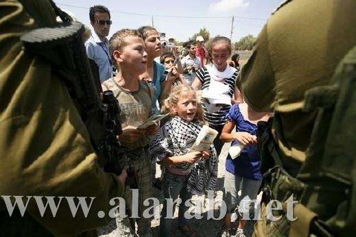 أطفال فلسطين يسخرون من جنود الجيش الاسرائيلي بقرية النبي صالح برام الله