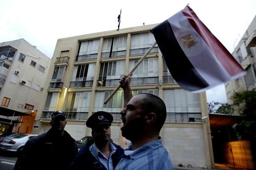 مئات العرب في وقفة احتجاجية مطالبة برحيل مبارك امام السفارة المصرية في تل ابيب