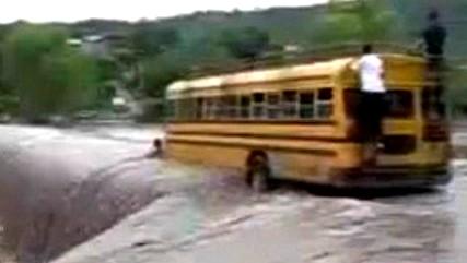 شاهدوا مغامرة خطيرة لباص مدرسة وسط النهر!