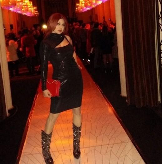 4f92a9c8f إطلالة هيفاء خلال عرض الأزياء أشعلت موقع انستجرام، حيث كانت ترتدي فستانا  أسودا جلديا مثيرا، وفي الوقت الذي أعرب فيه متابعوها عن إعجابهم بحقيبة يدها  الحمراء ...