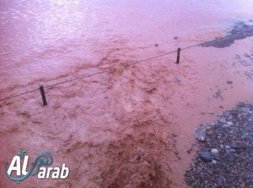 مسافرون عرب من بلاد ينتظرون فتح معبر طابا بعد أن أغلق بسبب السيول والأمطار الغزيرة