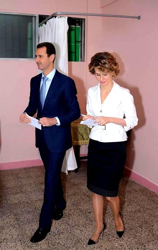 شاهدوا: الأسد يدلي بصوته في الانتخابات الرئاسية في مركز إقتراع وسط دمشق