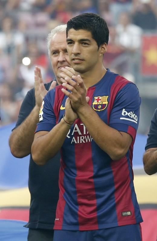بالصور والفيديو: سواريز يتلقى ترحيباً كبيراً في أول ظهور له مع برشلونة