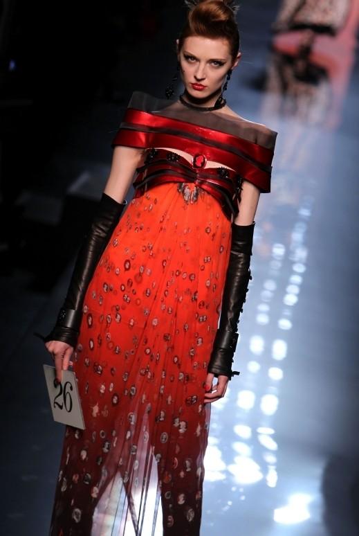 2883c22ac23e0 التميز والذوق الخاص في التصاميم وجنون الموضة والأزياء يتلخص بإسم واحد فقط،  وهو العالمي جان بول غوتييه Jean Paul Gaultier، تابعوا مجموعة من تصاميمه!!