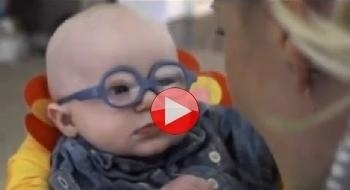 طفل يرى أمّه لأول مرة
