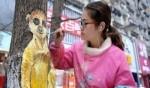 فنانة صينية تبدع بالرسم على الأشجار