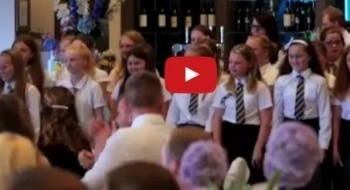شاب يفاجئ عروسه يوم زفافهما