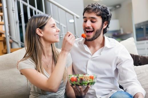 اخبار الامارات العاجلة ThinkstockPhotos-479077140 مبادرات بسيطة تفرح زوجك وتجعل حياتكما أجمل وأنجح! العلاقة الزوجية  الزوج والزوجة