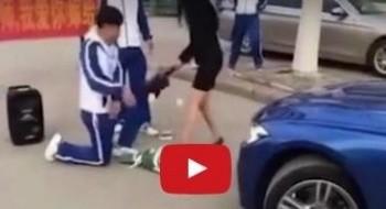 شابٌ يطلب الزواج من معلّمته أمام المارّة