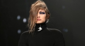 دار أزياء Versus تطلق مجموعتها الجديدة