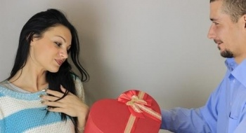 يتوجب على الزوجين تقديم الهدايا لبعضهما البعض