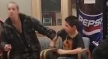 طفل يضرب والدته امام الناس بعنف!