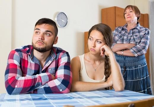 أخطاء مع أهل زوجكِ قد تفسد علاقتكما!