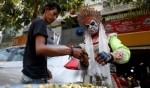 بائع كمبودي يجذب الزبائن!