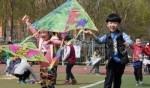 الأطفال يستقبلون الربيع بالطائرات الورقية