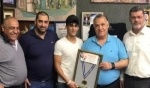الملاكم النصراوي اشتيوي يقدم ميدالية الفوز لسلام