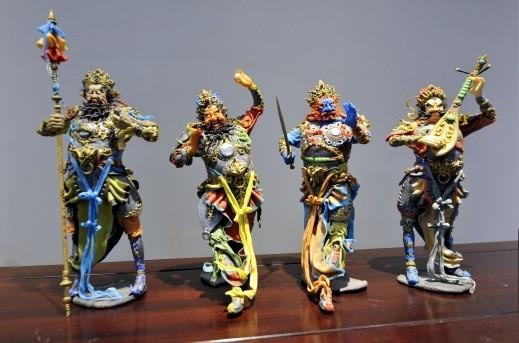 فنان صيني يبدع تماثيل من المعجون