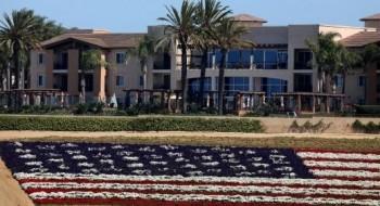حقل ورود ضخم على شكل العلم الأمريكي